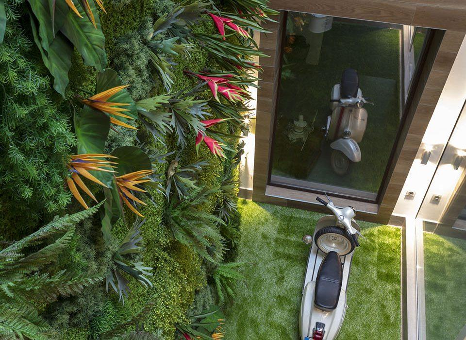 jardín vertical de estilo tropical en vivienda